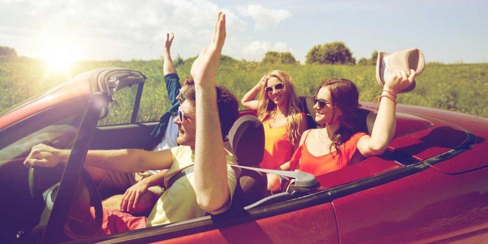 comitiva di diciottenni in auto