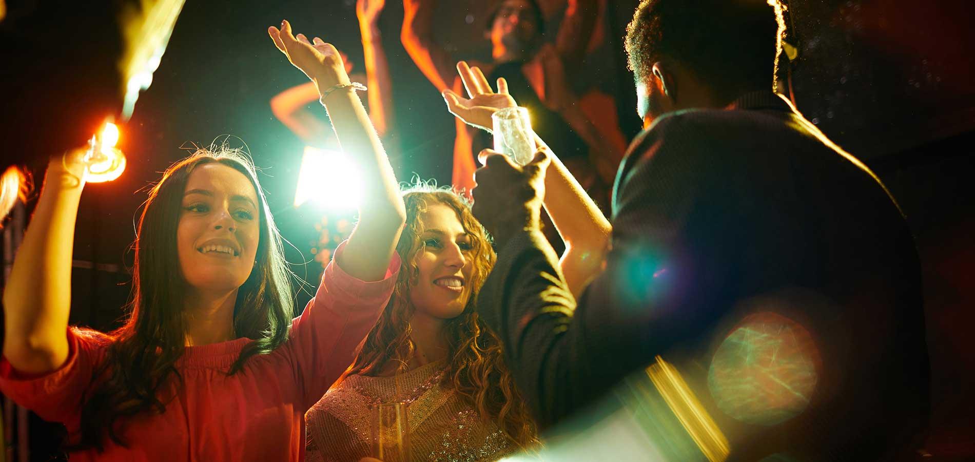 Ragazzi che bellano in occasione di una festa di laurea