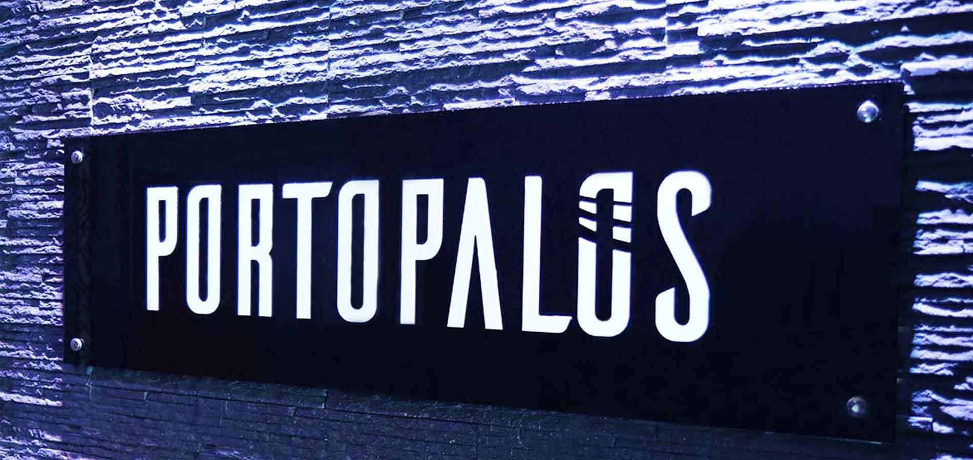 Scritta Portopalos all'interno del locale al Vomero
